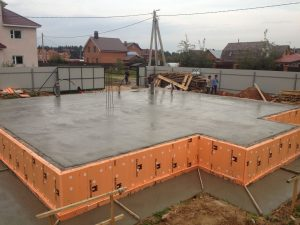 Zalivka-monolitnogo-fundamenta-pod-zagorodnyj-dom-na-glinistoj-pochve[1]
